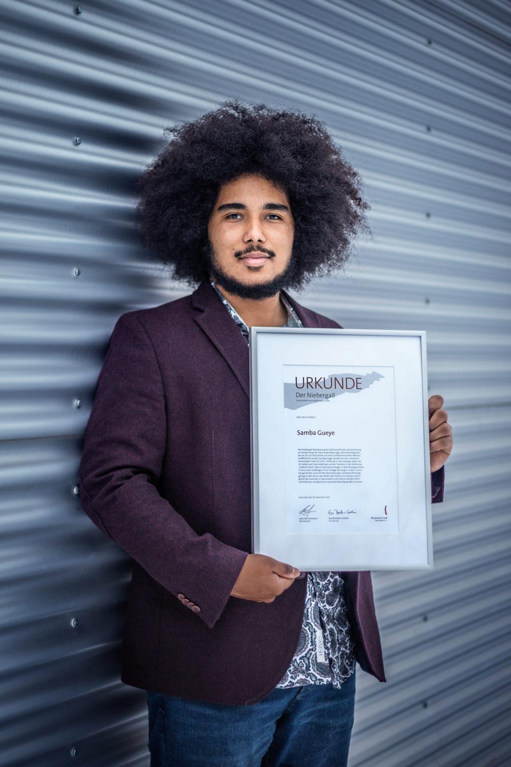 Preisträger Samba Gueye mit Urkunde